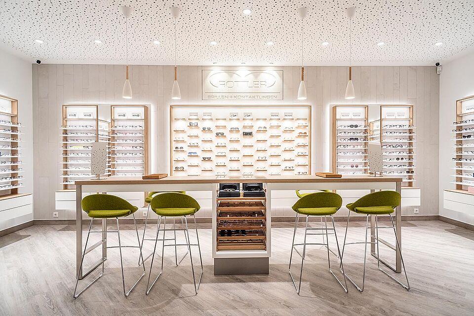 Beratungsplätze Brillen ROTTLER Filiale in Neheim mit Blick zur Brillenwand