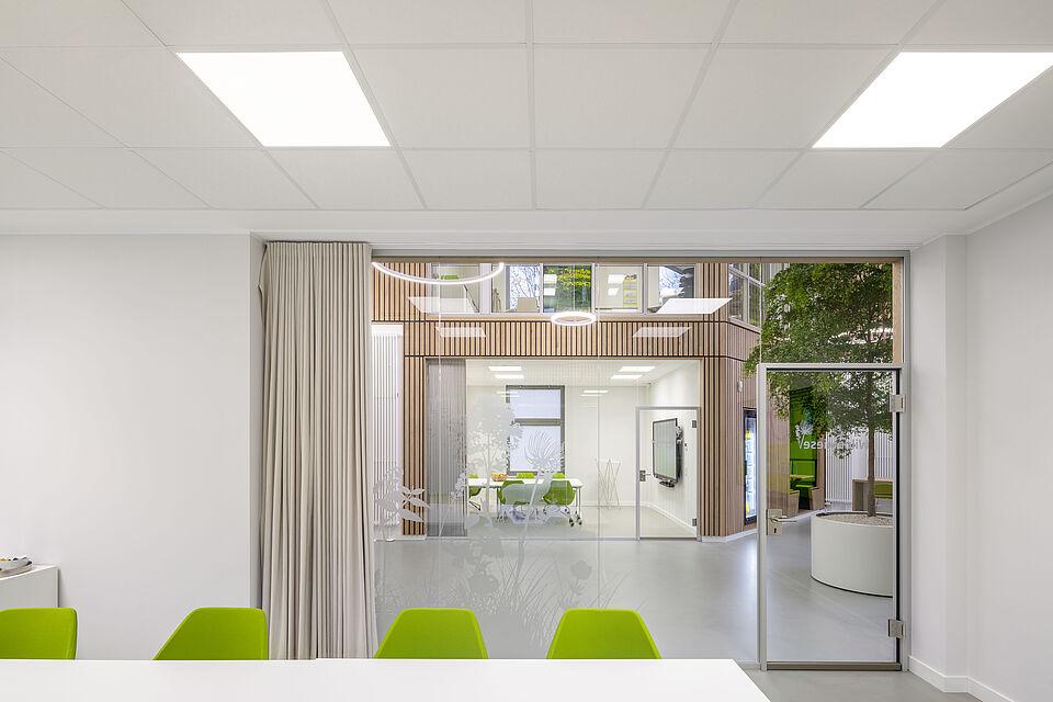 Besprechungsraum der ROTTLER Zentrale in Neheim mit Blick ins Atrium