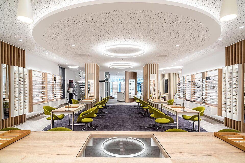 Beratungsplätze Brillen ROTTLER Filiale in Neheim von innen mit Tisch im Vordergrund